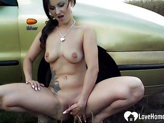 Inviting babe masturbates outdoors by the car