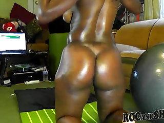 BIG BOOTY EBONY SHAKES HER HUGE ASS !!