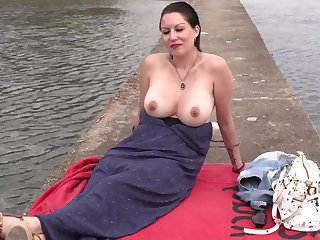 Lustful amateur mommy outdoor sex adventure