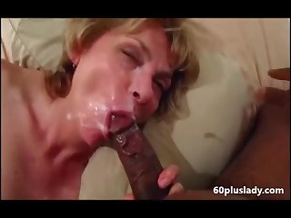 Older wife sucking bbc and get a good facial