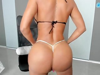 Alluring tanned cougar shows her perfect trained body online